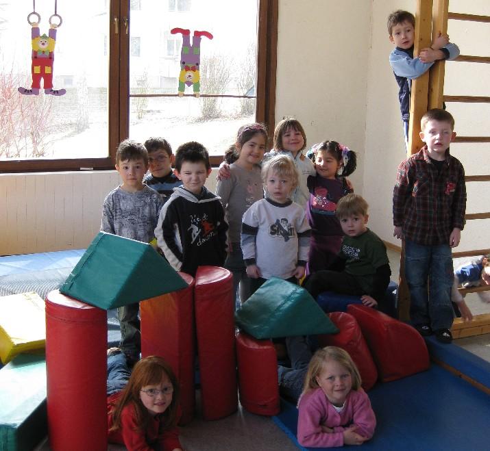 Kinder des katholischen Kindergartens Don Bosco im Turnzimmer