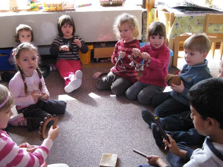 Kinder des katholischen Kindergartens Don Bosco im Kreis mit Instrumenten