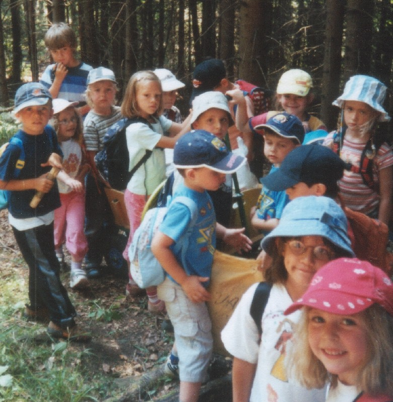 Kinder des Kindergartens Bruder Klaus im Wald
