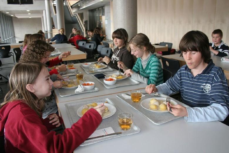 Ganztagesschüler beim Mittagessen