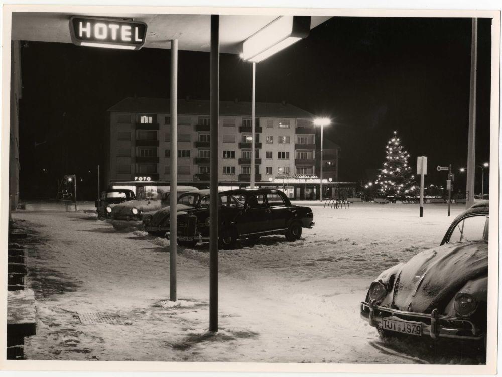Historischer Bahnhofsvorplatz an Weihnachten