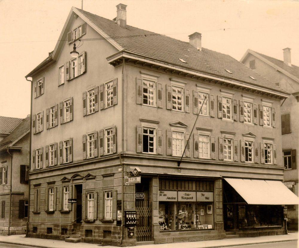 Historische Bahnhofstraße mit Laden
