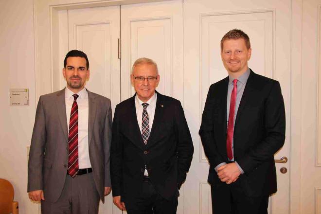 Ein Bild von Christoph Armbruster, Vorstand BKK Aesculap, Tuttlingens Erster Bürgermeister Emil Buschle und Wirtschaftsförderer Simon Gröger
