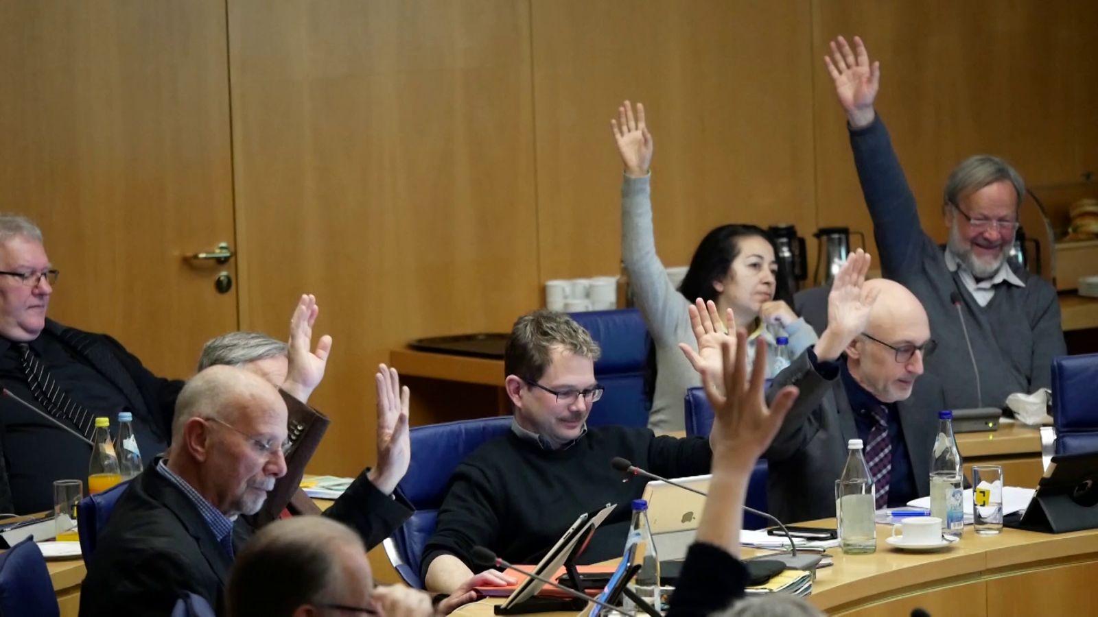 Blick in den Gemeinderat bei einer Abstimmung