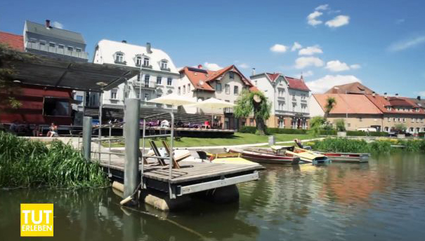 Bootssteg und Café Golem an der Donau