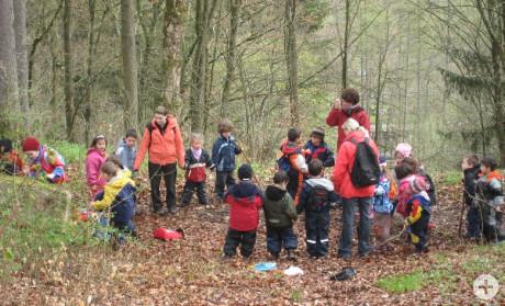 Kinder des katholischen Kindergartens Sankt Maria beim Waldtag