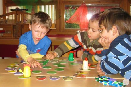 Drei Kinder des Kindergartens Kernstadt beim Spiel
