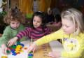 Kinder der Kindertagesstätte Brunnenstraße beim Entdecken von Zahlen