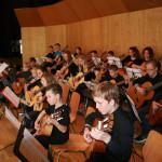 Nachwuchstalente spielen Gitarre