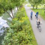 Radfahrer auf dem Donauradweg im Donaupark