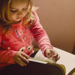 Bild eines Mädchens mit Buch