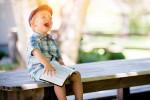 Ein lachendes Kind mit einem Buch