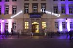 Rathaus von außen beleuchtet mit Banner der Nachtkultour