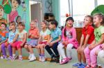 Viele Kinder sitzen nebeneinander