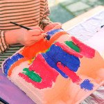 Bild eines Kinds mit Kunstwerk
