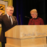 Der Oberbürgermeister hebt zur Vereidigung seine rechte Hand, Frau Seiterich-Stegmann steht daneben