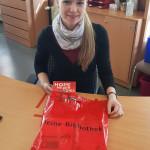 Die stellvertretende Bibliotheksleiterin Belinda Woppowa bereitet eine Büchertüte vor.