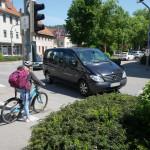 Bild von einem Kind auf dem Fahrrad ab der Kreuzung Uhlandstraße
