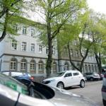 Blick von der gegenüberliegenden Straßenseite auf die Karlschule