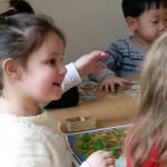 Lachendes Mädchen inmitten einer Kindergartengruppe