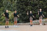 Vier Mädchen springen zeitglecih mit mehreren Seilen