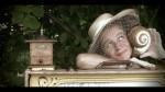 Bild Frau mit Hut hält Muschel ans Ohr