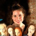 Bild Akteurin mit 4 Puppenköpfen