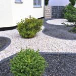Bild von einem Garten mit zwei verschiedenen Schotterfarben
