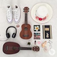 Grafik mit vielen Gegenständen wie weiße Turnschue, zwei Ukulelen, Sonnenhut, Kopfhörer und mehr