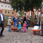 OB Beck und Michael Hensch zusammen mit Kindern auf dem Spielplatz