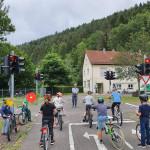 Kinder auf Fahrrädern in der Jugendverkehrsschule