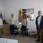 Irmgard Dinkelaker (Bürgerstiftung), Karin Bacher und Juliane Schmieder (Frauenhaus) und Dr. Frank Breinlinger (Bürgerstiftung) stehen in einem Raum