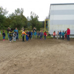 Kinder streuen Samen über die Wiese