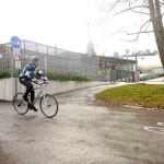 Ein Radfahrer fährt einen Radweg in Tuttlingen entlang