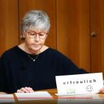 Dr. Ulrike Martin ließt von einem Blatt Paier die Haushaltsrede vor