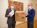 OB Michael Beck nimmt von Dr. Harald Stallforth die FFP-Masken für soziale Einrichtungen entgegen