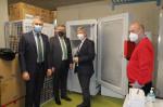Blick auf die Kälte: Binder Vice-President Michael Pfaff, OB Michael Beck, Landrat Stefan Bär und Bernhard Flad vom KIZ-Leitungsteam.