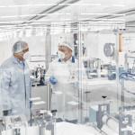 Blick in die Produktionsstätte von FFP2-Masken mit zwei Mitarbeitenden