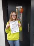 Miriam Sigloch und ihre Zeichnung zum Weltfrauentag. Die Arbeiten von ihr und anderen jungen Künstlern werden ab 8. März in Tuttlinger Schaufenstern ausgestellt.