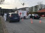 Am Testzentrum am TuWass stehen zwei Autos und die Insassen werden getestet