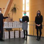 OB Michael Beck, Rektorin Simone Kauderer, Fachbereichsleiterin Sandra Ittig stehen vor Laptops