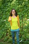 Birgit Leibold mit gelbem Oberteil in grüner Natur