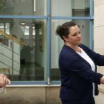 Fingerabdruck-Scan zur Identifizierung des Abholenden: Leiterin des Bürgerbüros, Sandra Ernst, demonstriert OB Michael Beck die Funktionsweise des Ausweisterminals