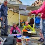 Daniel Erfle zusammen mit teilnehmenden Kindern und ihren Projekten im Innenhof der Galerie.