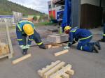Zwei Arbeiter mit gelbem Helm vom THW bei der Arbeit