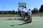 Gruppe mit Jugendlichen am Baketballkorb auf dem Tartanplatz