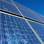 Solarpaneele von unten nach oben fotografiert