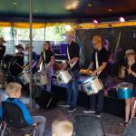 Trommelgruppe beim Auftritt im Zelt am Festplatz