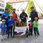 Sebastian Linz und Oliver Bock von der Stadtverwaltung übergaben die Gutscheine an Familien Schwaderer und Familie Stengelin