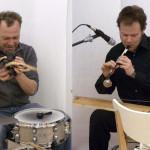 Zwei Herren spielen auf Instrumenten